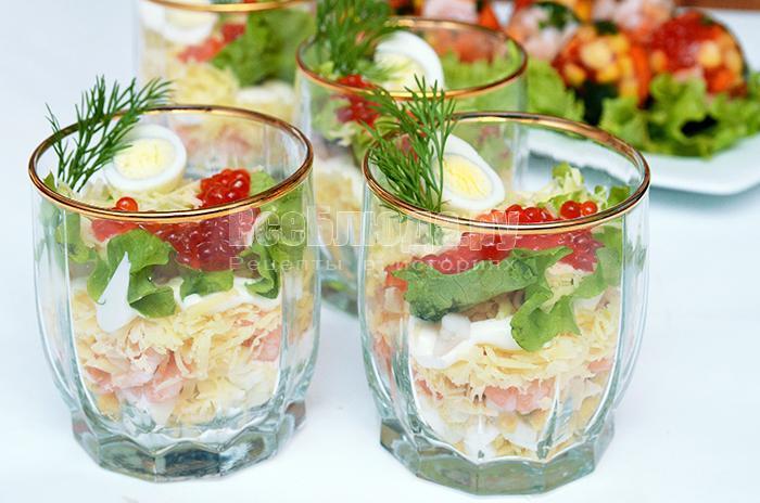 готовый салат в стаканах с креветками