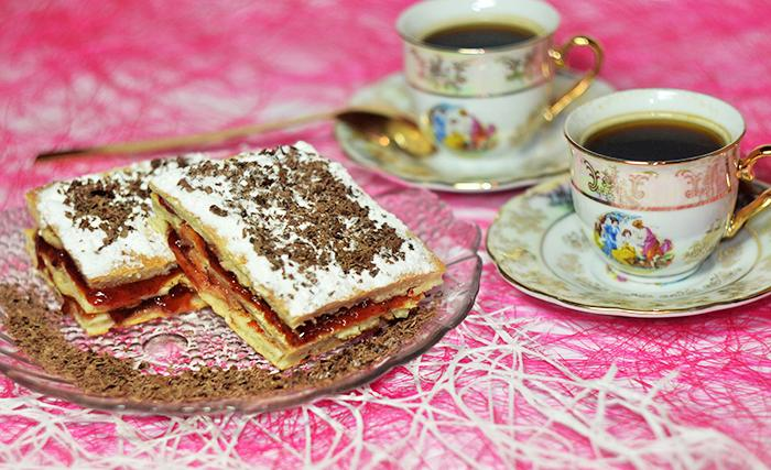Пирожное Сладость на сметане с грецкими орехами и брусничной пропиткой