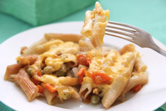 жареные макароны с овощами и сыром