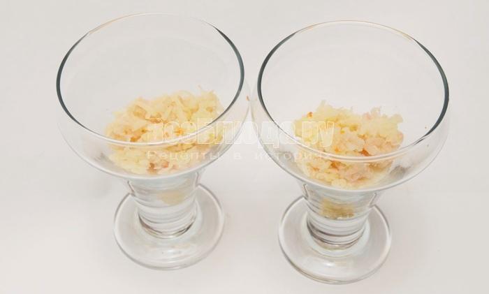 уложите картофель в стаканы