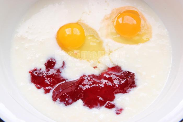 соединяю простоквашу, яйца, варенье