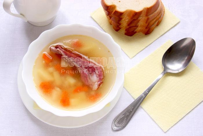 порция горохового супа с копченостями