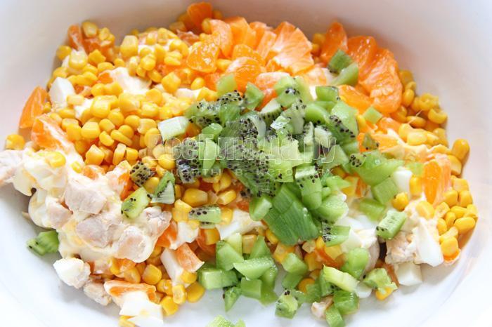 Как приготовить салат с киви (курица, яйца, кукуруза, мандарин)