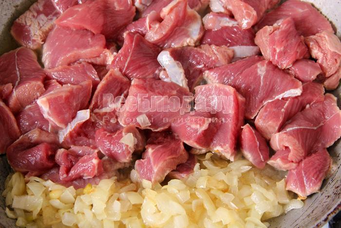 выкладываю мясо в сковороду