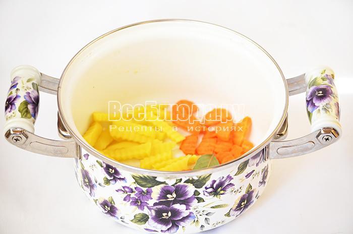 высыпите картофель и морковь в воду