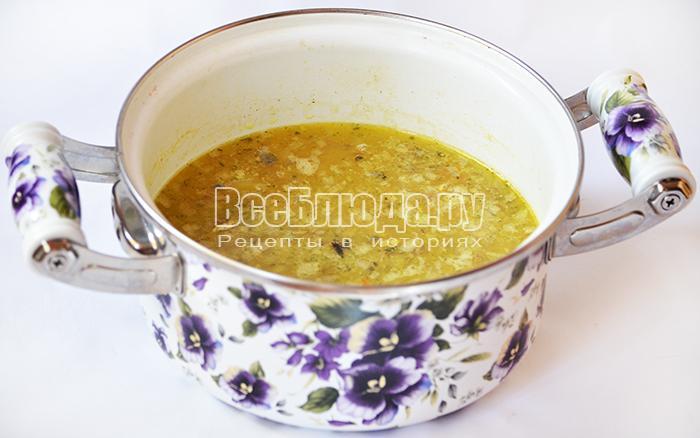 добавьте лук, сайру и сливочное масло