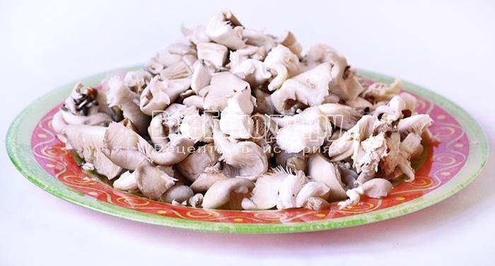 отварите яйца и нарежьте грибы