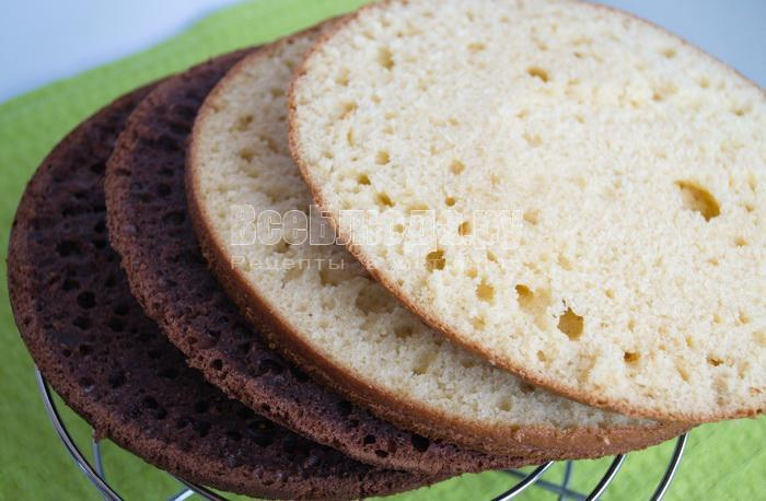 порезать бисквиты