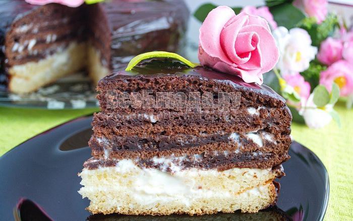 кусочек торта на сметанном креме тающее чудо