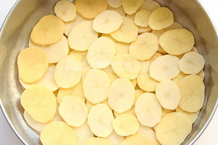 выкладываю картофель в форму