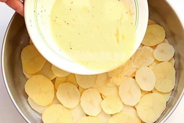 выливаю соус на картофель