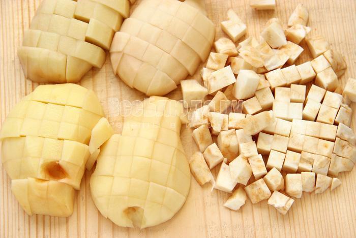нарезаю сельдерей и картофель