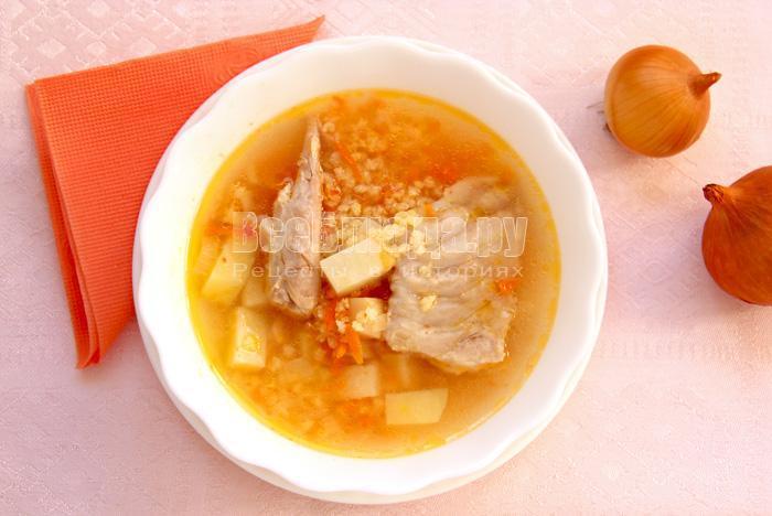 порция пшенного супа с индейкой
