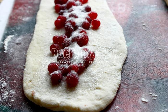 посыпать ягоду сахаром