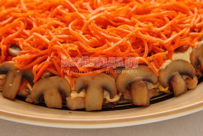 укладываю морковь сверху, грибы по окружности