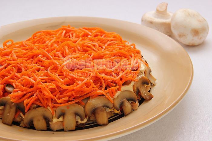 морковка по-корейски с грибами и курицей