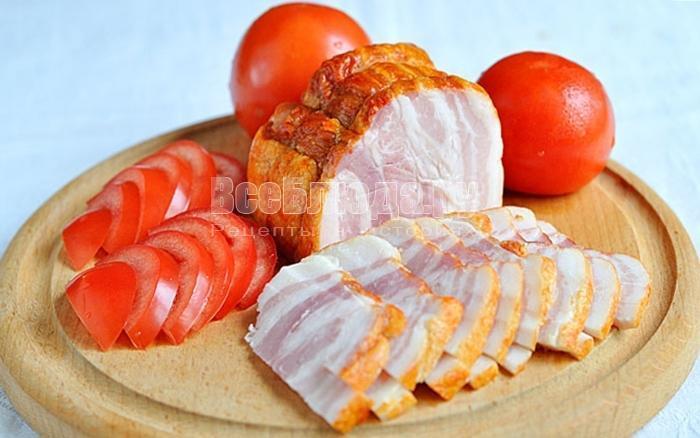порезать бекон и помидоры
