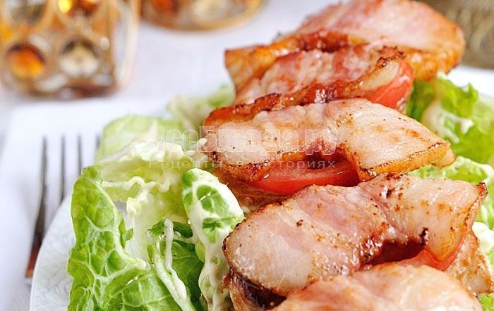 Салат с беконом, помидорами и куриным филе