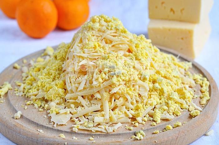 натереть сыр и желтки