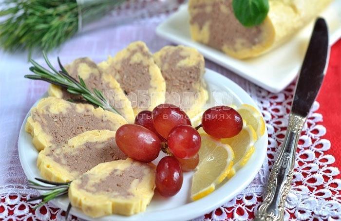 готовый печеночный рулет с сыром