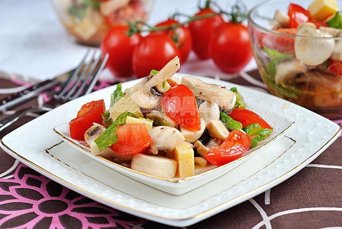 готовый салат с сырыми грибами