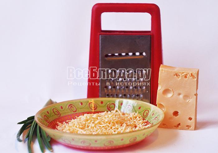 натрите сыр и нарежьте лук