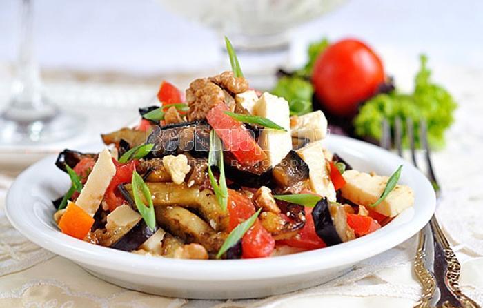 готовый салат с баклажанами, помидорами и сыром