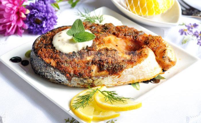 готовый запеченный лосось в хлебной корочке