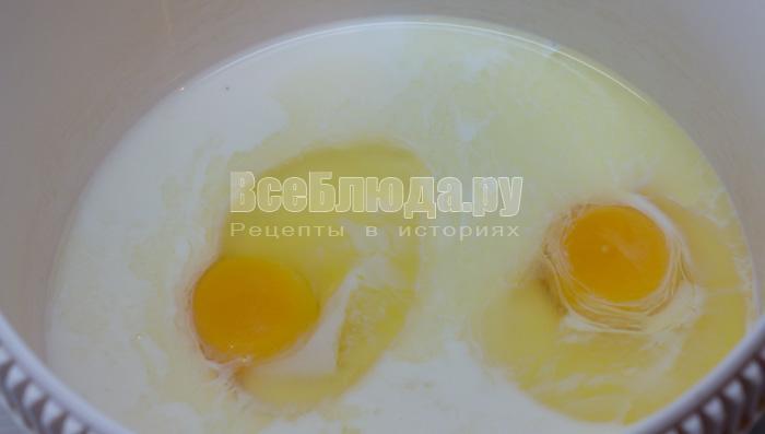 яйца и молоко с сахаром для дрожжей