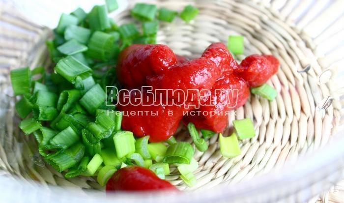 выложить томатную пасту