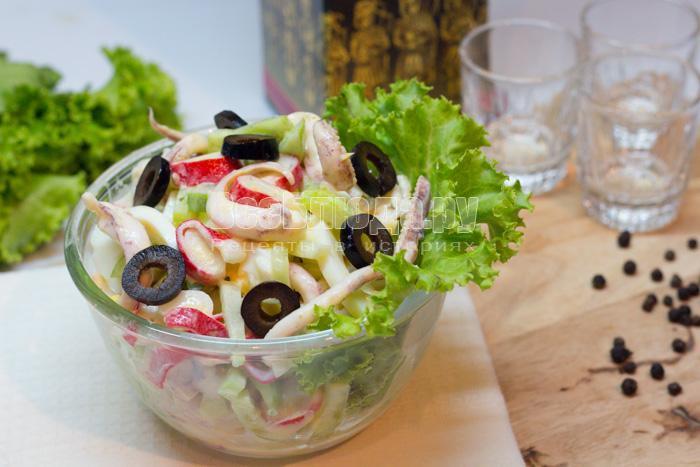 готовый салат из маринованных кальмаров