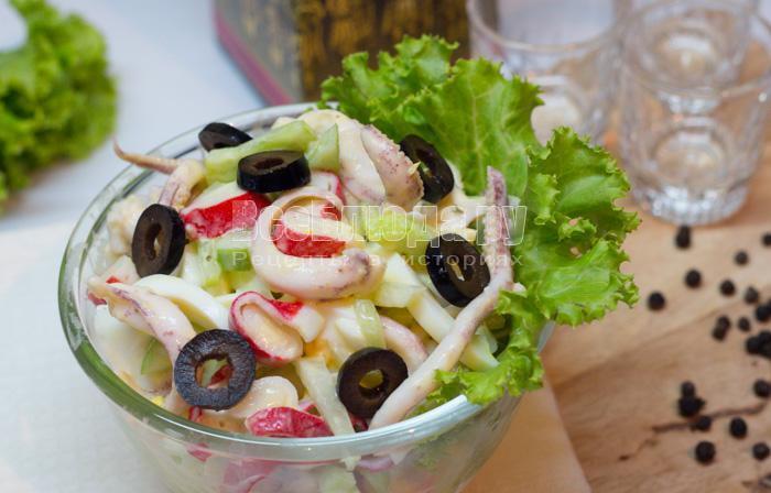 как приготовить салат с маринованными кальмарами, огурцами и яйцами