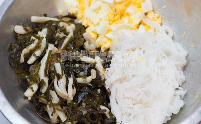 смешать капусту, яйца и рисовую лапшу