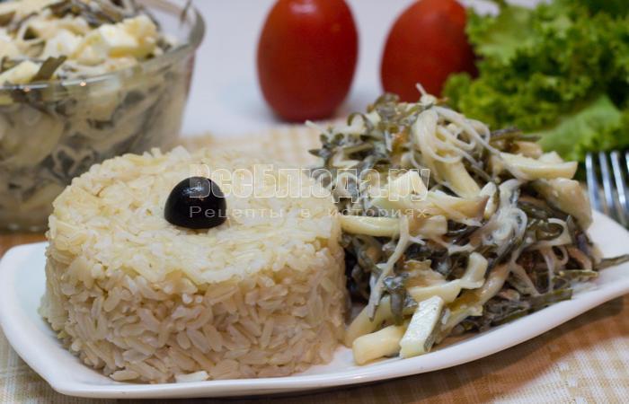 салат с морской капустой, кальмарами и яйцами