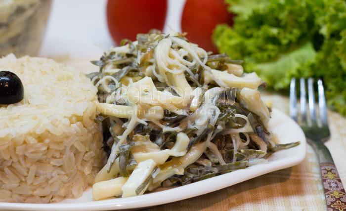 как приготовить салат из морской капусты с кальмаром и яйцами