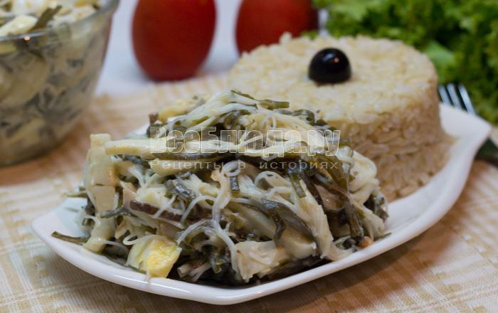 Салат из морской капусты с кальмарами и яйцом