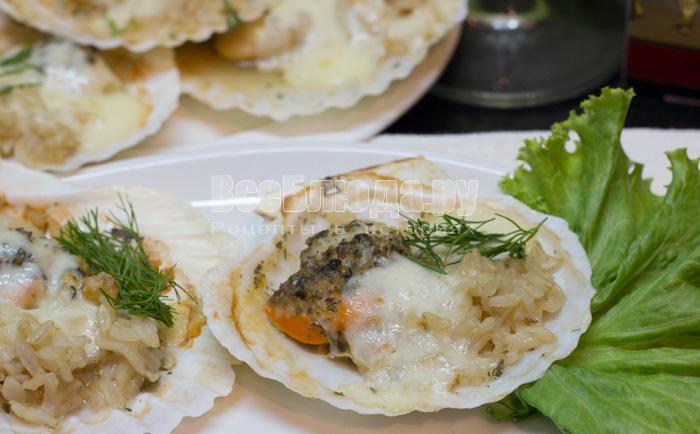 вкусные гребешки запеченные с рисом под сырной корочкой