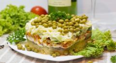 Салат со шпротами, картошкой, зеленым горошком