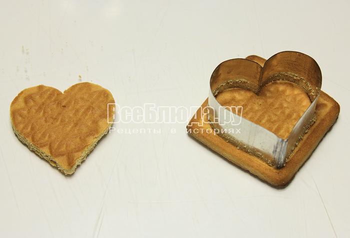 Вырезаем формочками основу из печенья