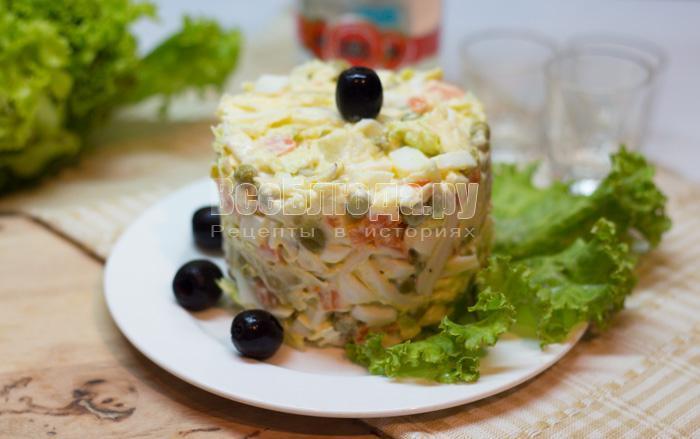 готовый салат с кальмарами и горошком