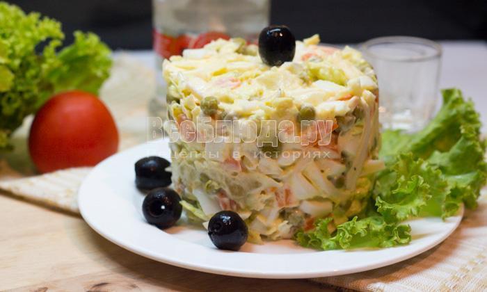 Салат с кальмарами, пекинской капустой, горошком, яйцами