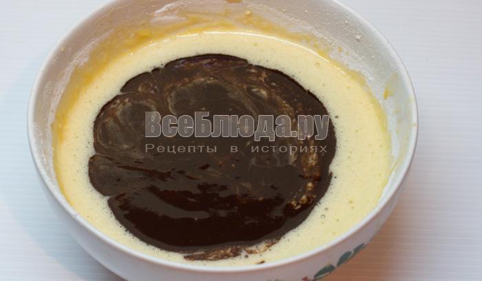 Шоколадное пирожное с жидкой начинкой