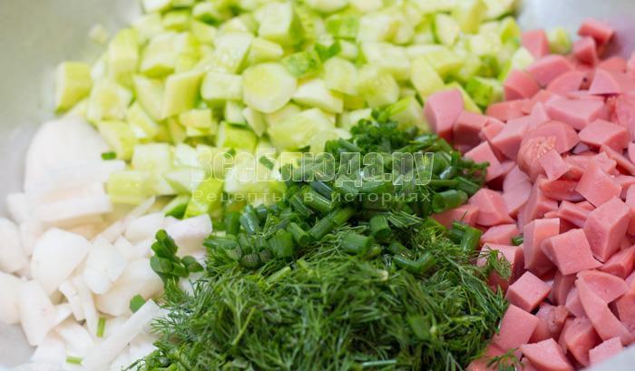 порезать овощи и колбасу