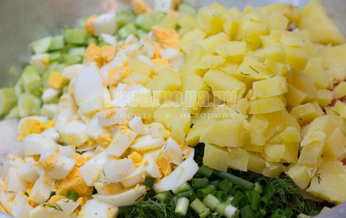порезать яйца и картошку