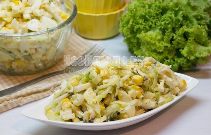 салат из кальмаров и огурцов, с сыром, кукурузой и яйцами