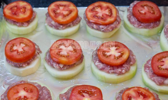 выложить сверху помидоры