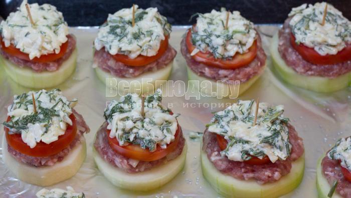 положить сыр с зеленью