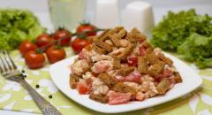 Салат с сухариками, фасолью и куриным филе