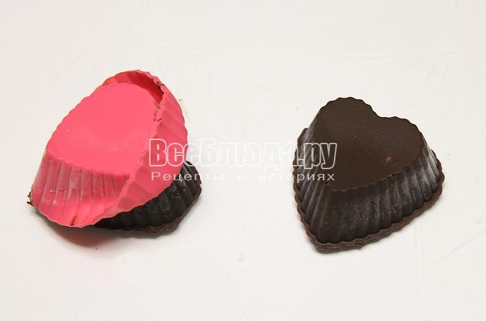 Вынимаем конфеты из формочек