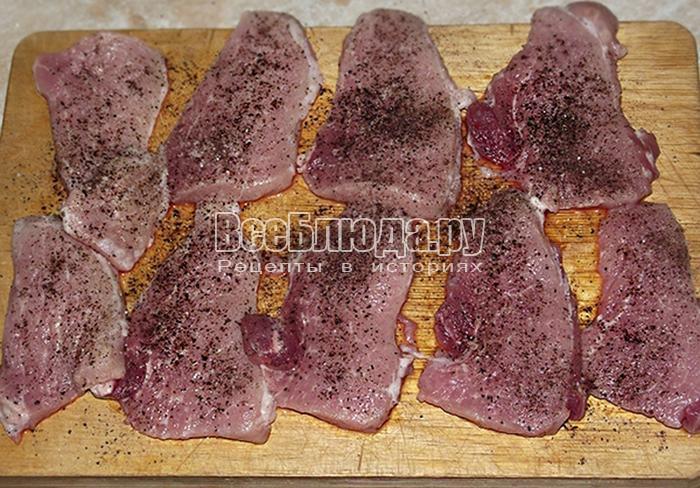 поперчите и посолите свиное мясо